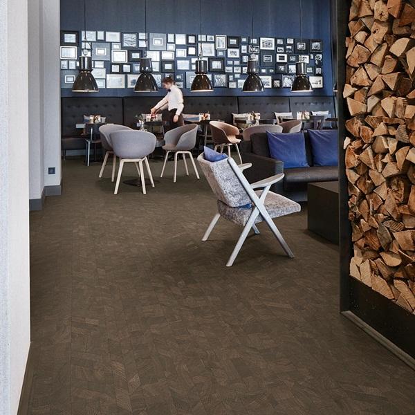 Mẫu sàn nhựa vân gỗ với tone trầm độc đáo cho quán cà phê