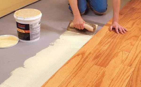 Trải keo chuyên dụng nơi cần thi công sàn nhựa Vinyl chống tĩnh điện